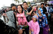 A mother cries after her family failed to take a flight on a C-130 military plane out of Tacloban. (Photo by Ted Aljibe/AFP Photo)
