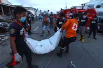 Firemen carry the newly recovered body of a victim of Typhoon Haiyan in Tacloban, Philippines, Wednesday, November 13, 2013. (Photo by Dita Alangkara/AP Photo)