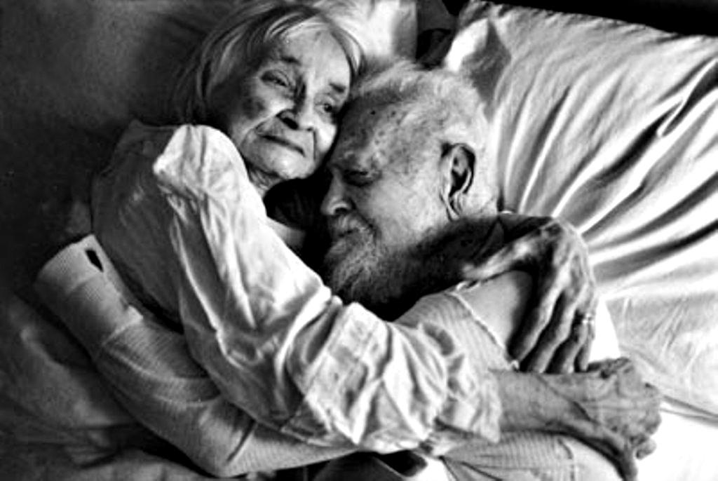 старики целуются и обнимаются в постели - 5