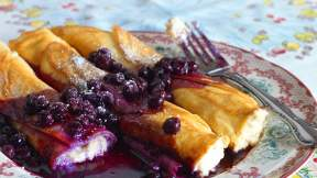 POLISH Cheese blintzes with blueberry sauce (nalesniki z serem)