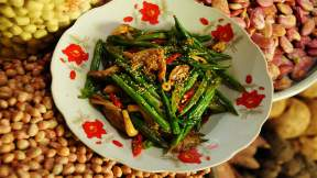 VIETNAMESE Green beans stir fried with oyster mushroom and garlic (dau que xao nam bao ngu)