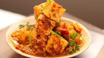 VIETNAMESE Crisp tofu cooked in tomato-pepper sauce (dau hu sot ca)